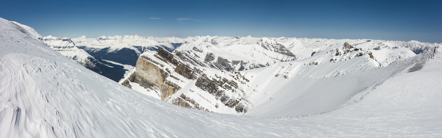 Pano from the (cold!) col looking west. Click for full size.