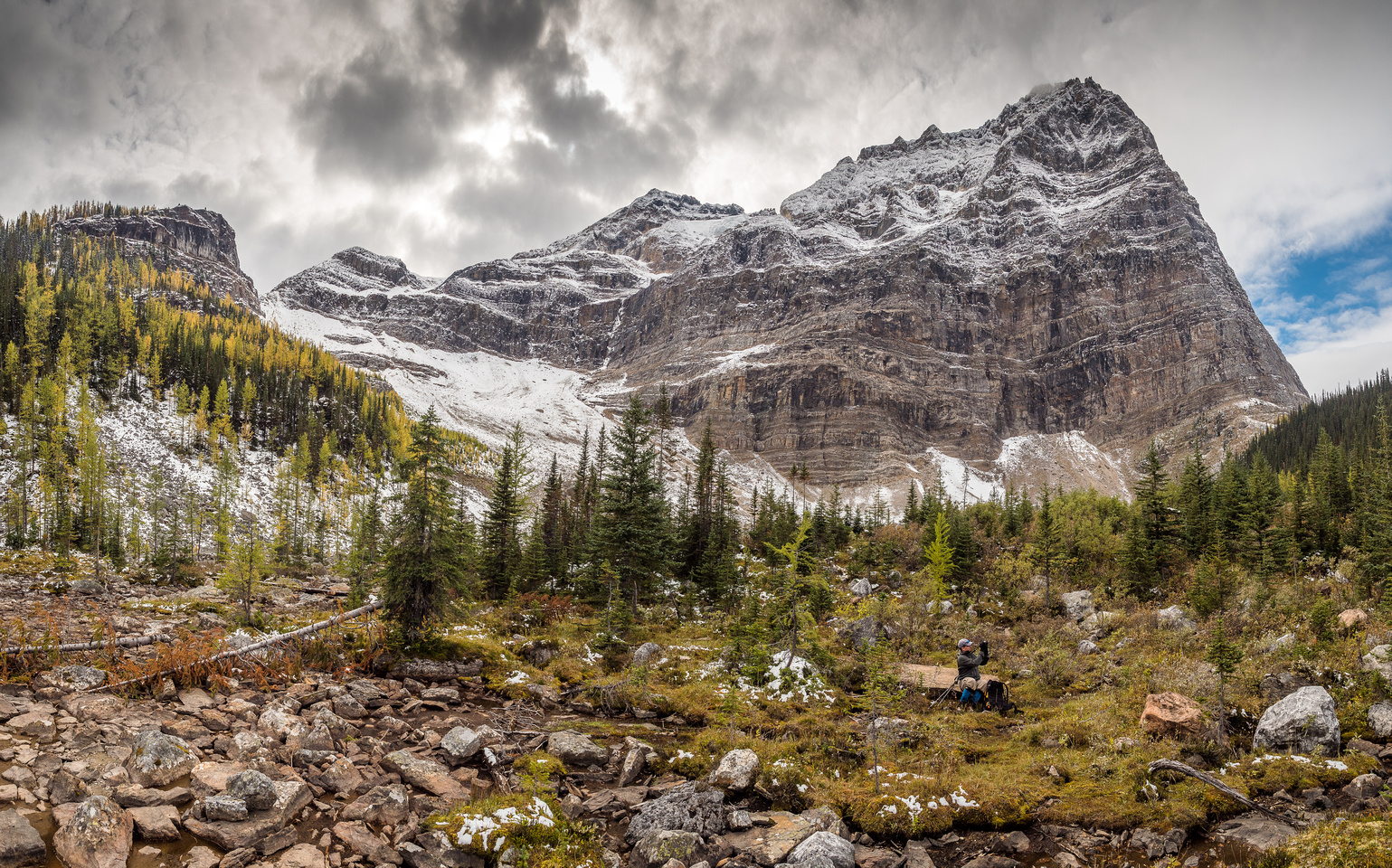 At the southern shore of the center Morning Glory Lake looking back at Odaray Mountain and Wietse enjoying a break.
