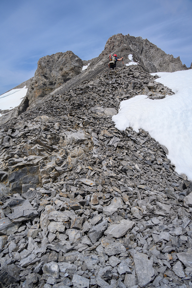 Starting up the much steeper SE ridge to the summit.