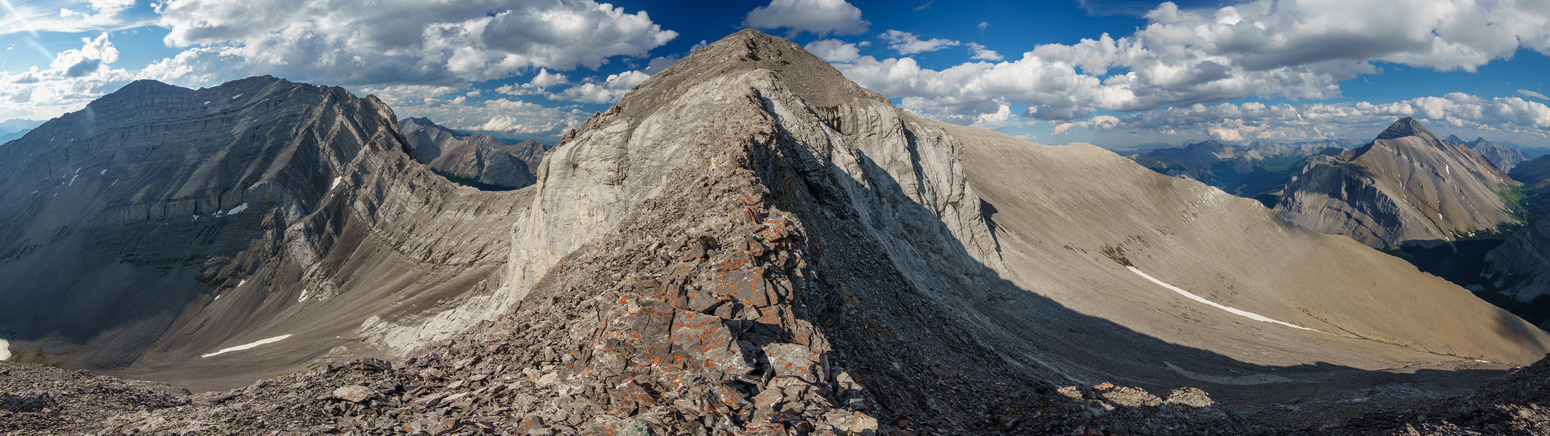A narrow section along the SW ridge. Revenant at left, Aylmer at right.