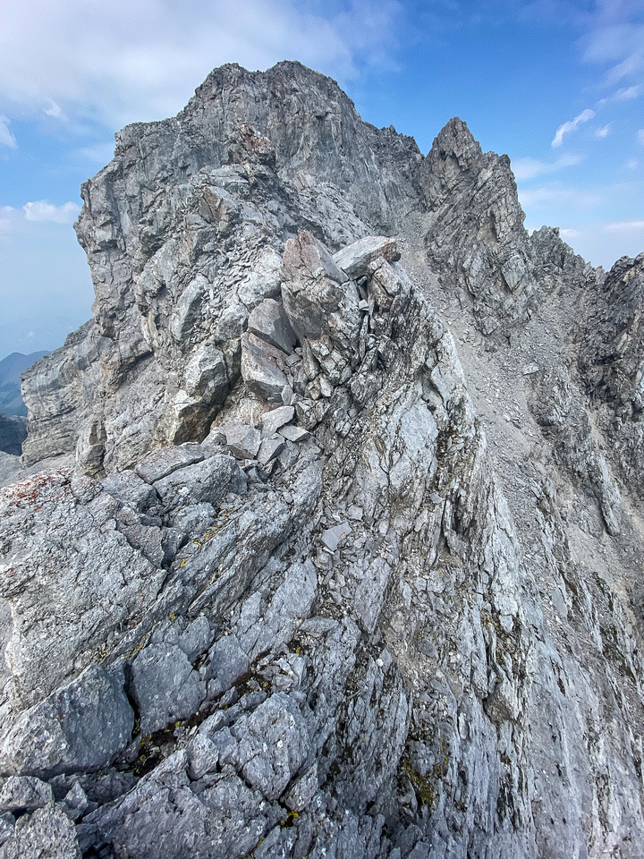 On the exposed and loose SE ridge to the summit.
