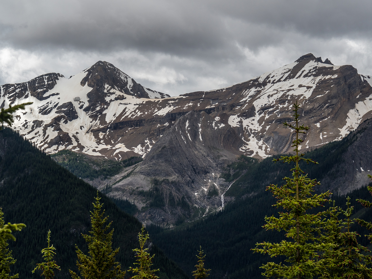 Nestor Peak (L) and Simpson Peak (R) lie many kilometers and many hundreds of meters of height loss / gains across the Simpson River Valley.