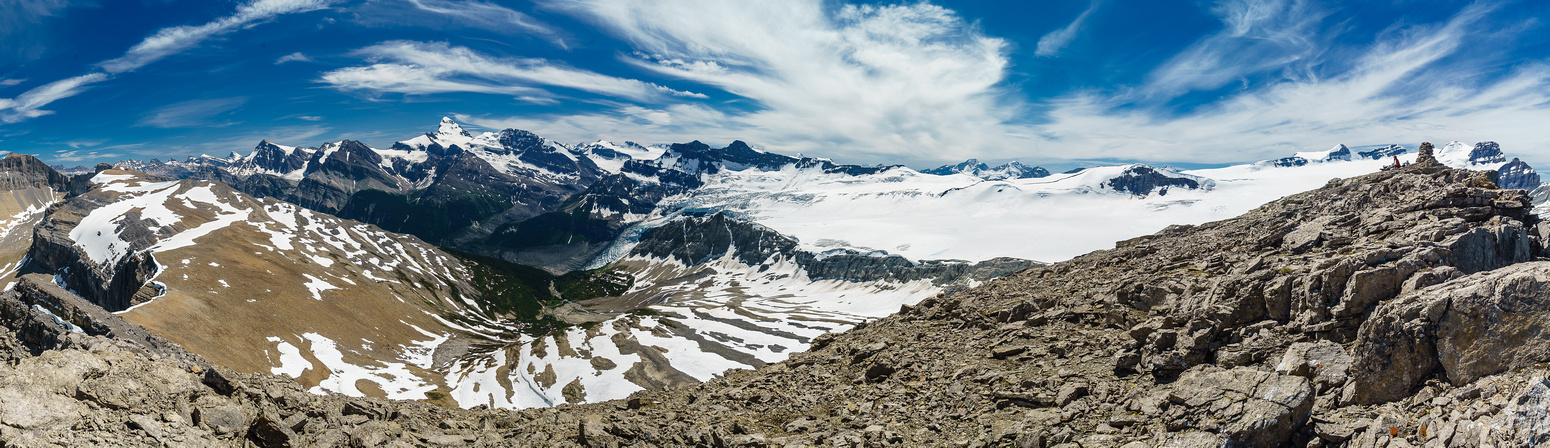 The views of the Lyell Icefield are also very impressive, leading towards Mount Forbes on the left.