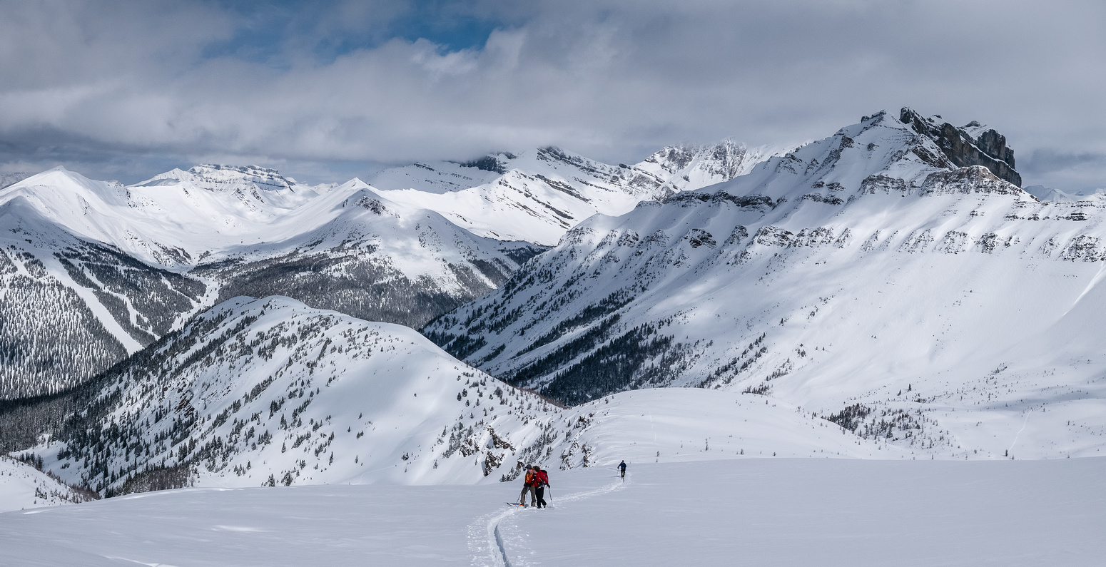 Bill, Wietse and Dave with Wolverine ridge just to the L and far beneath us now. Lake Louise ski runs on the L and Redoubt massive on the R.