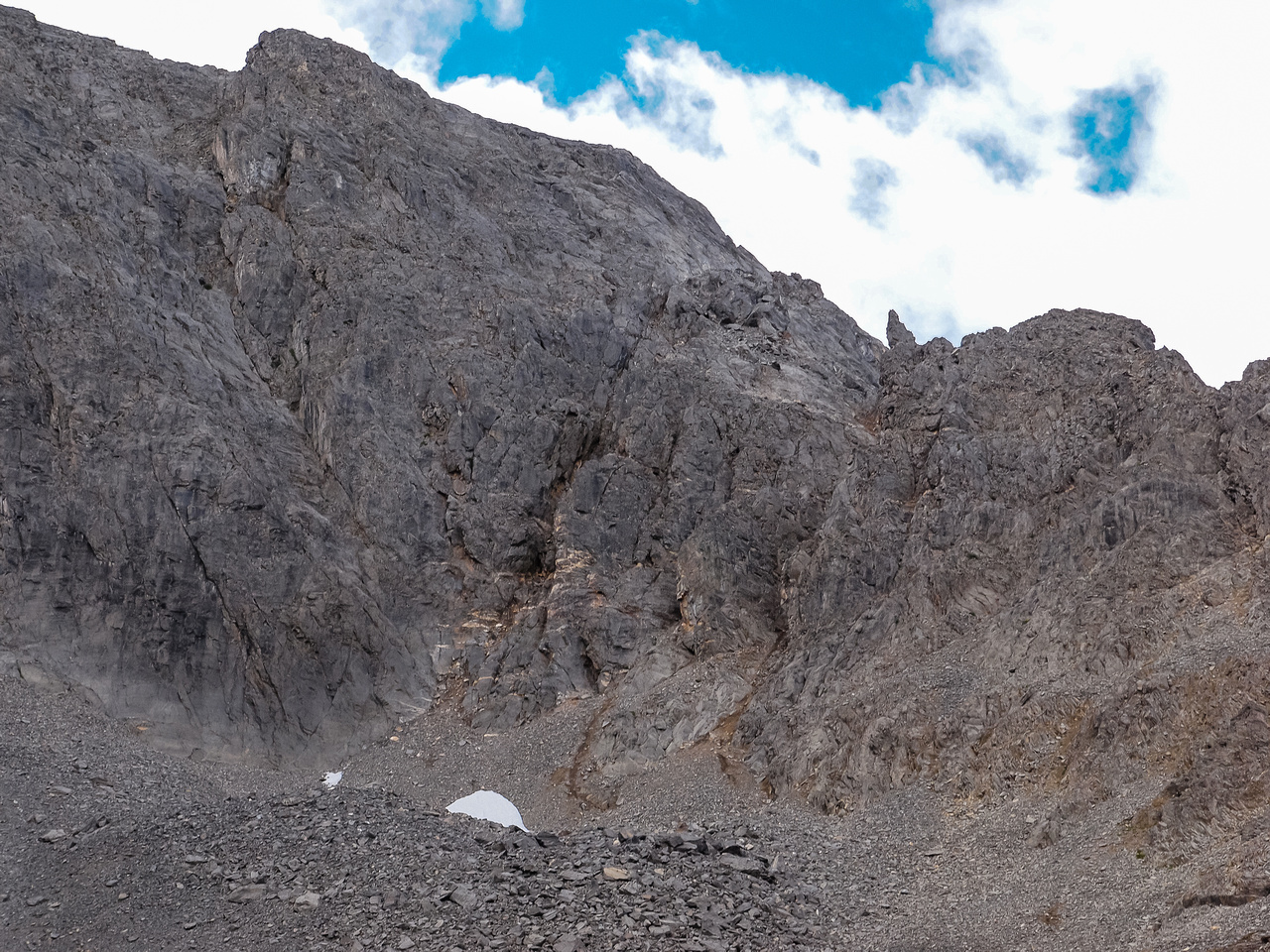 Note the obvious pinnacle at the top of the correct ascent gully.
