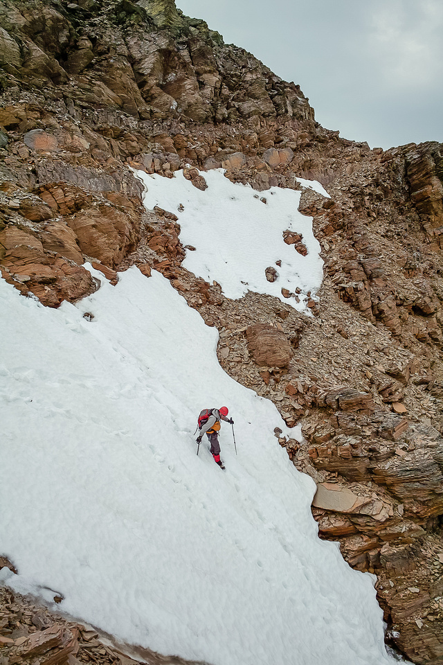 Raf descends a steep slope to the col.