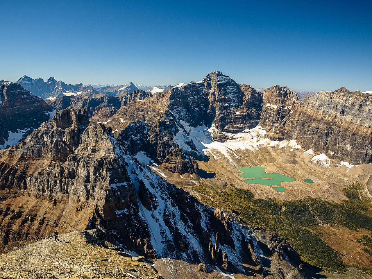 Mind blowing views from the shoulder of Temple over Pinnacle and Eiffel to Hungabee & Horseshoe Lake