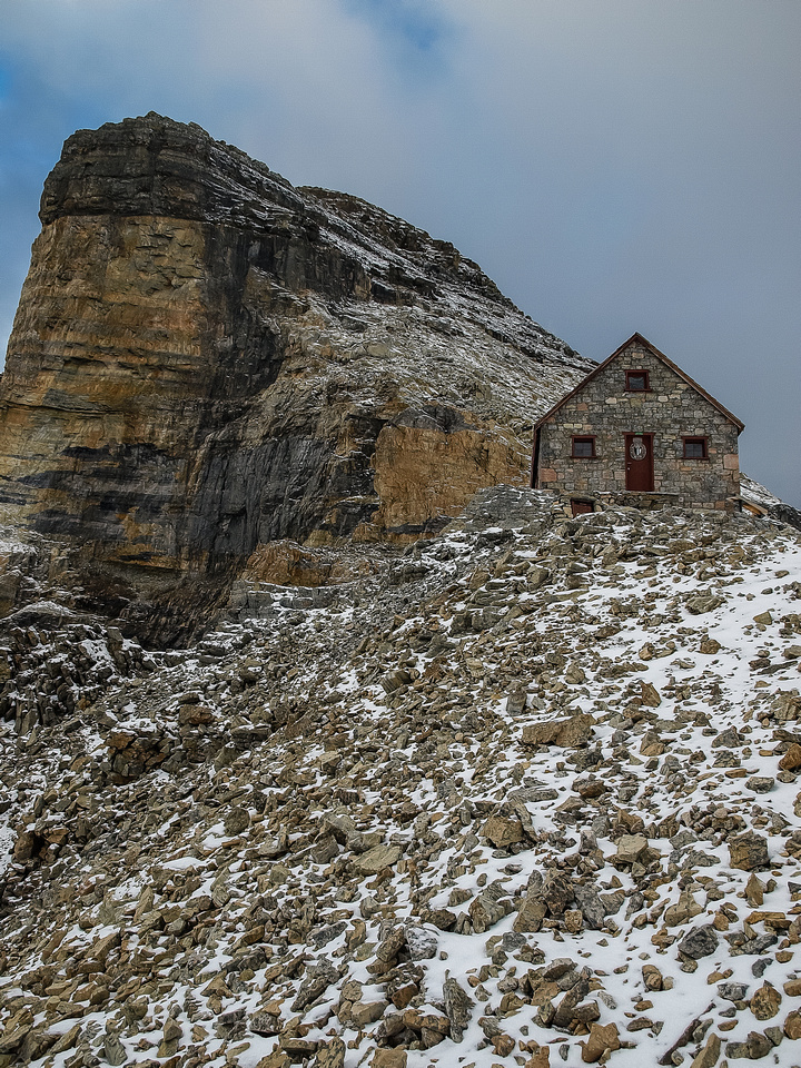 Abbot Hut sits at 9,598 feet in the Lefroy / Victoria col. It was built in 1922.