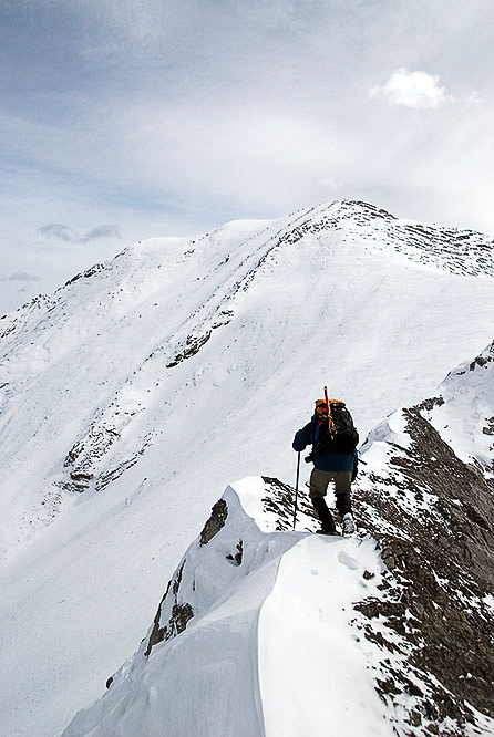 Wietse on the ridge between the two pinnacles just after the crux. The summit rises in the distance to his left.