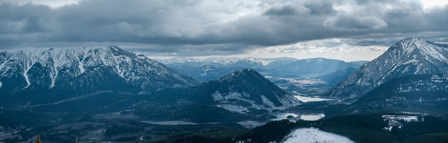 Views east over Crowsnest Pass include Phillipps, Crowsnest Ridge and Sentry (R).