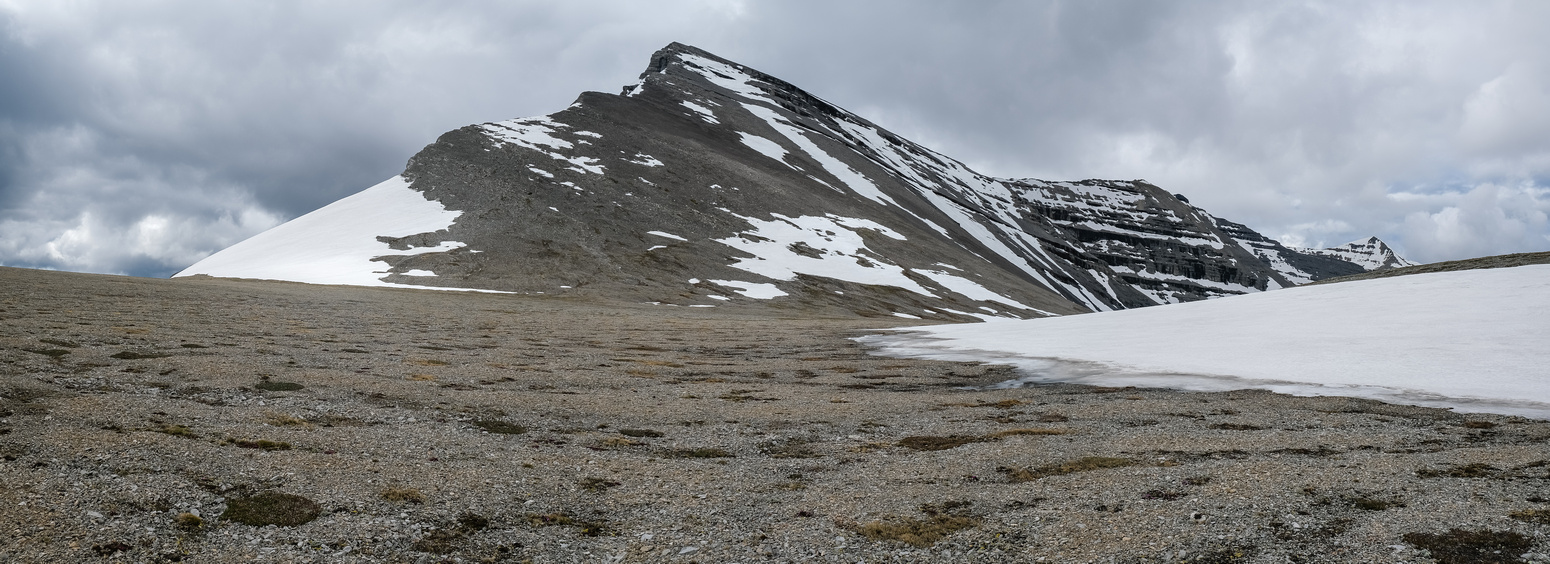 The plateau leads to the final 400 meter of ascent and the NE ridge of Baril.