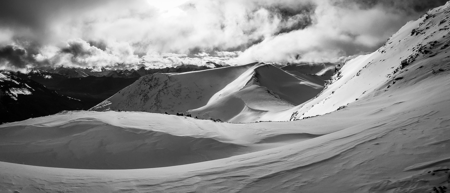 Interesting snow drifts on the ridge did an excellent job of hiking rock crevasses...