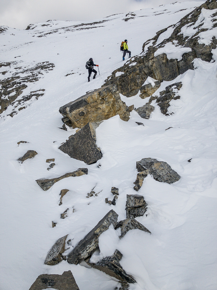 At the end of the ledge traverse, the route cuts sharply back to climber's right (east) to gain the south ridge again.
