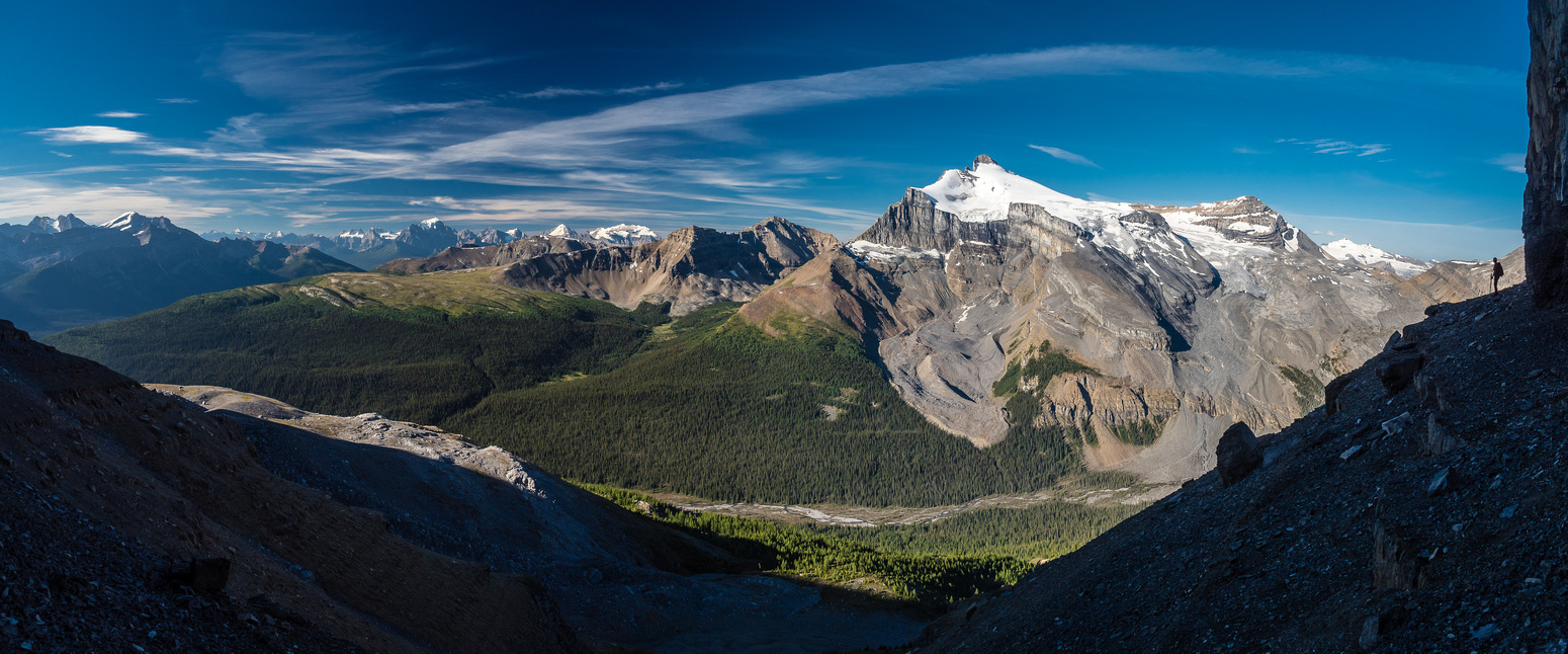 Traversing left under impressive cliffs with incredible views back towards Hector and now towards Lake Louise. (L)