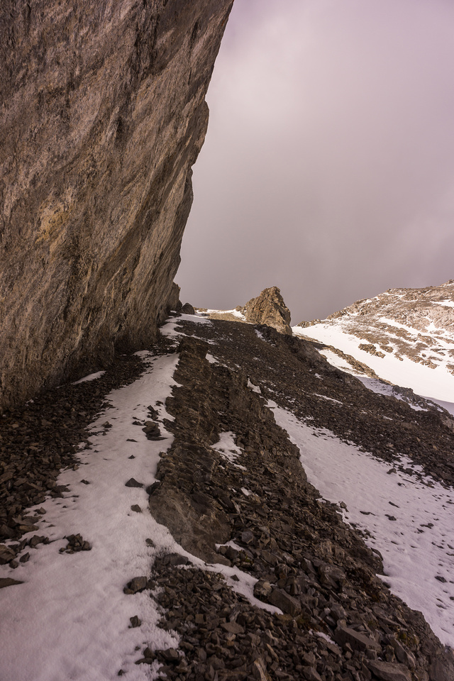 Urgh!!! I have to re-ascend almost to the summit of Old Baldy thanks to the slab cliffs and the upthrust on the left!