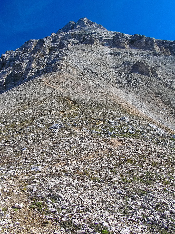This is an extremely shortened view of the way up from the shoulder - about another 1000 meters of height gain left.