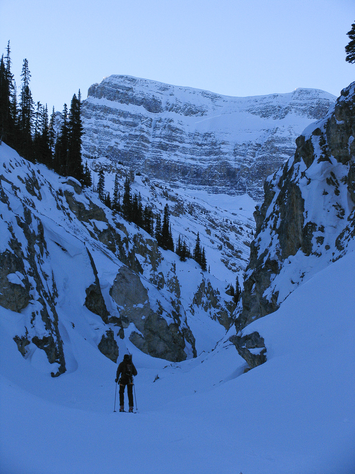 The approach canyon for the Bow Hut and Crowfoot Mountain is a narrow and dangerous terrain trap, which is why you should only attempt it in stable avalanche conditions.